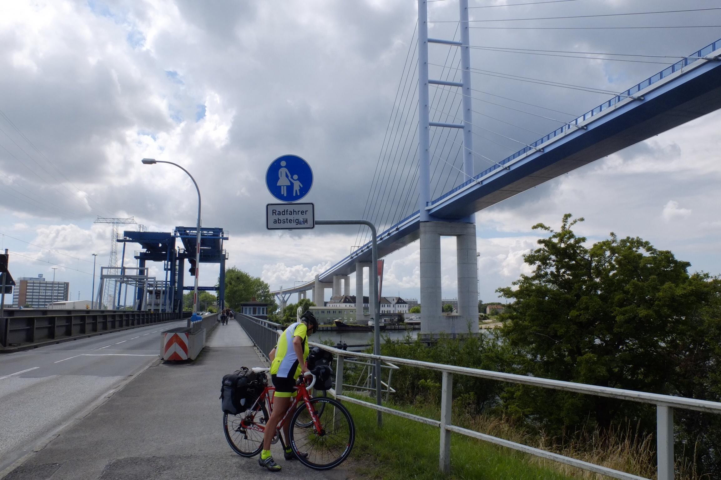 Den nye motorvejsbro højt hævet over den gamle bro til Rugen over Stralsund.