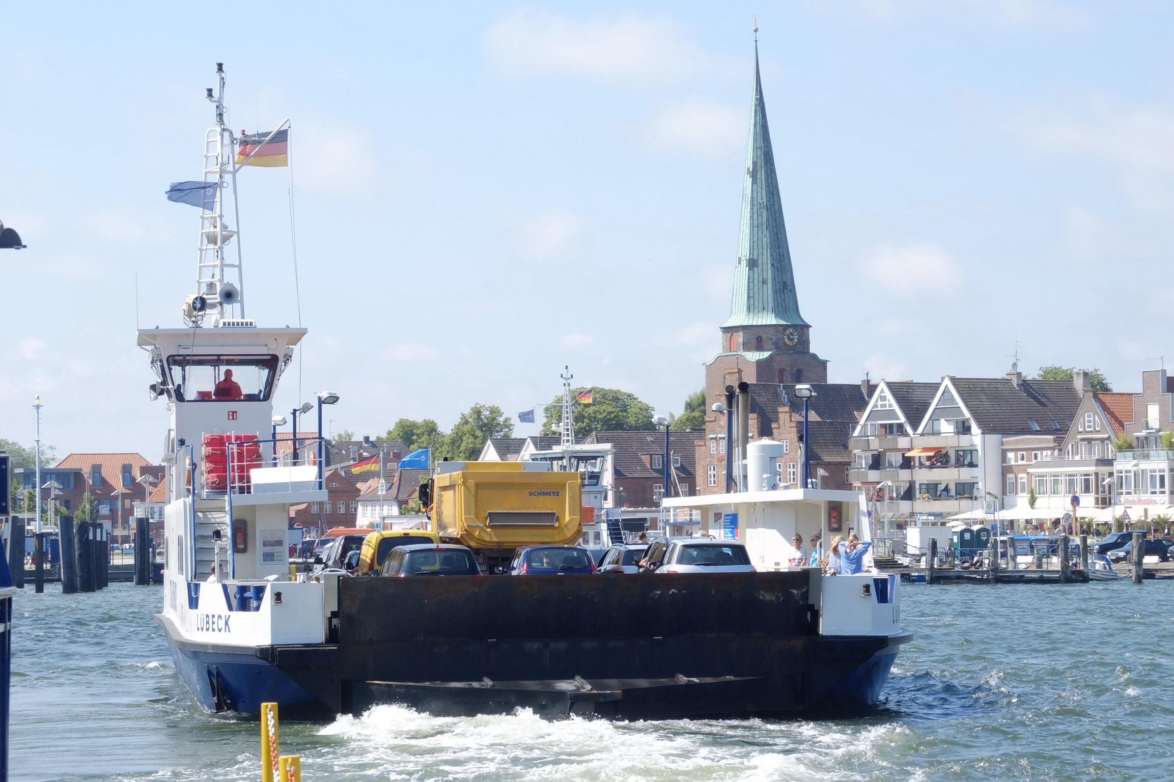 """I Travemünde fik en meget kort sejltur med byens """"skyline"""" som baggrund"""