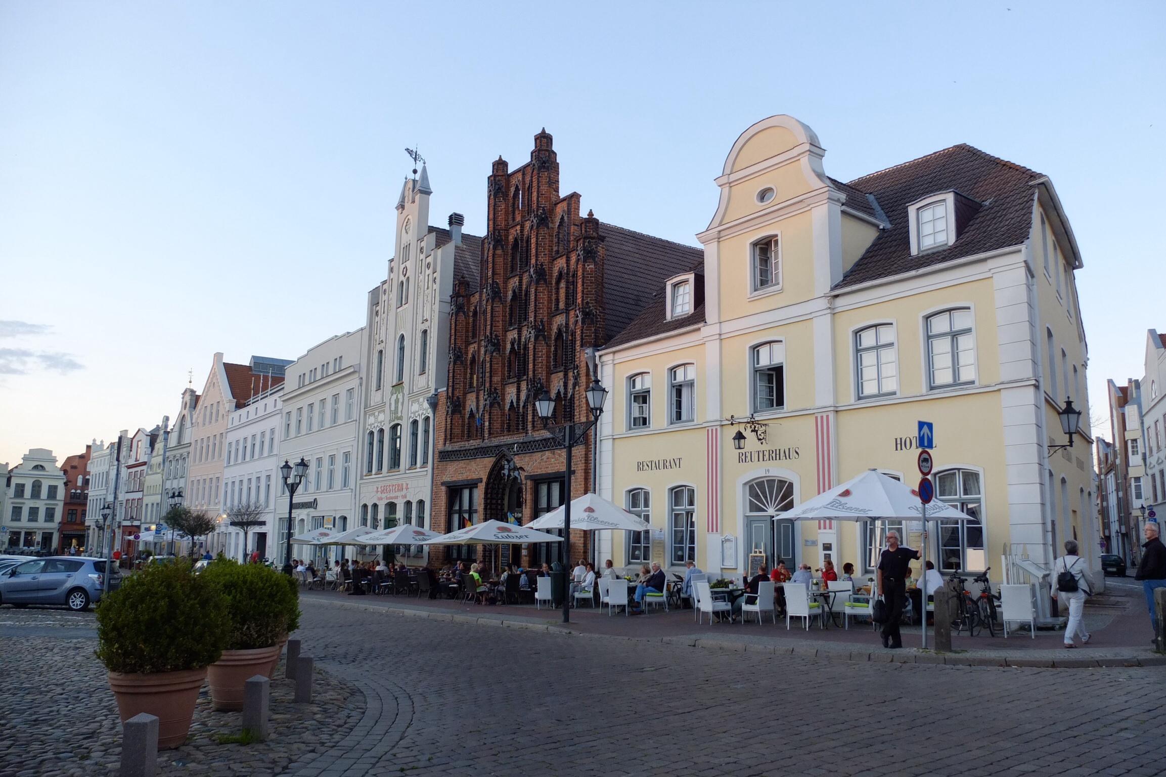 Wismars torv er kranset af smukke bygninger. Vi boede på hotel Reuterhaus - huset til højre.